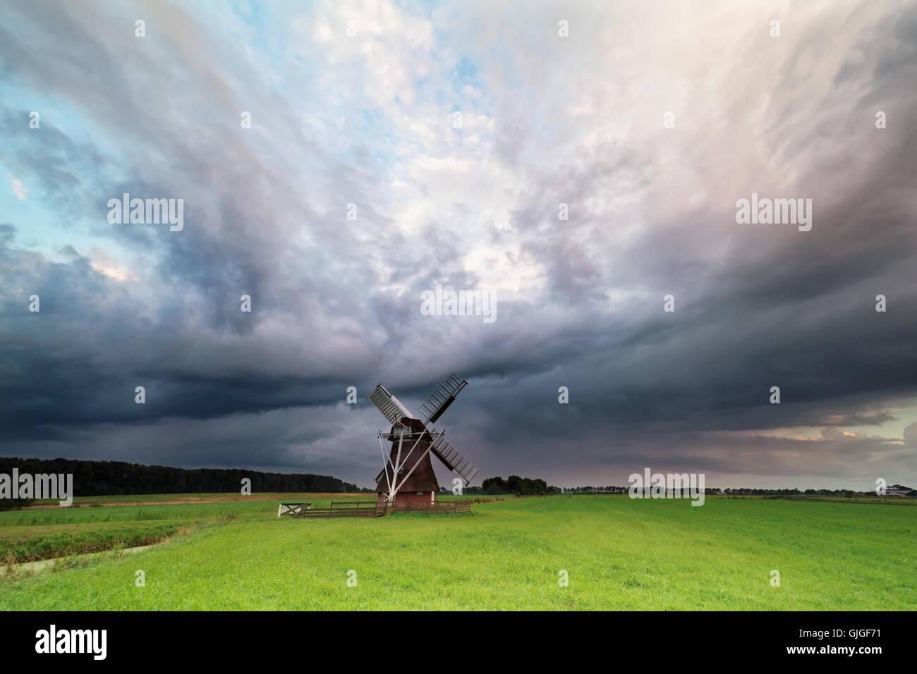 Les nuages orageux foncé plus de moulin, Pays-Bas Photo Stock