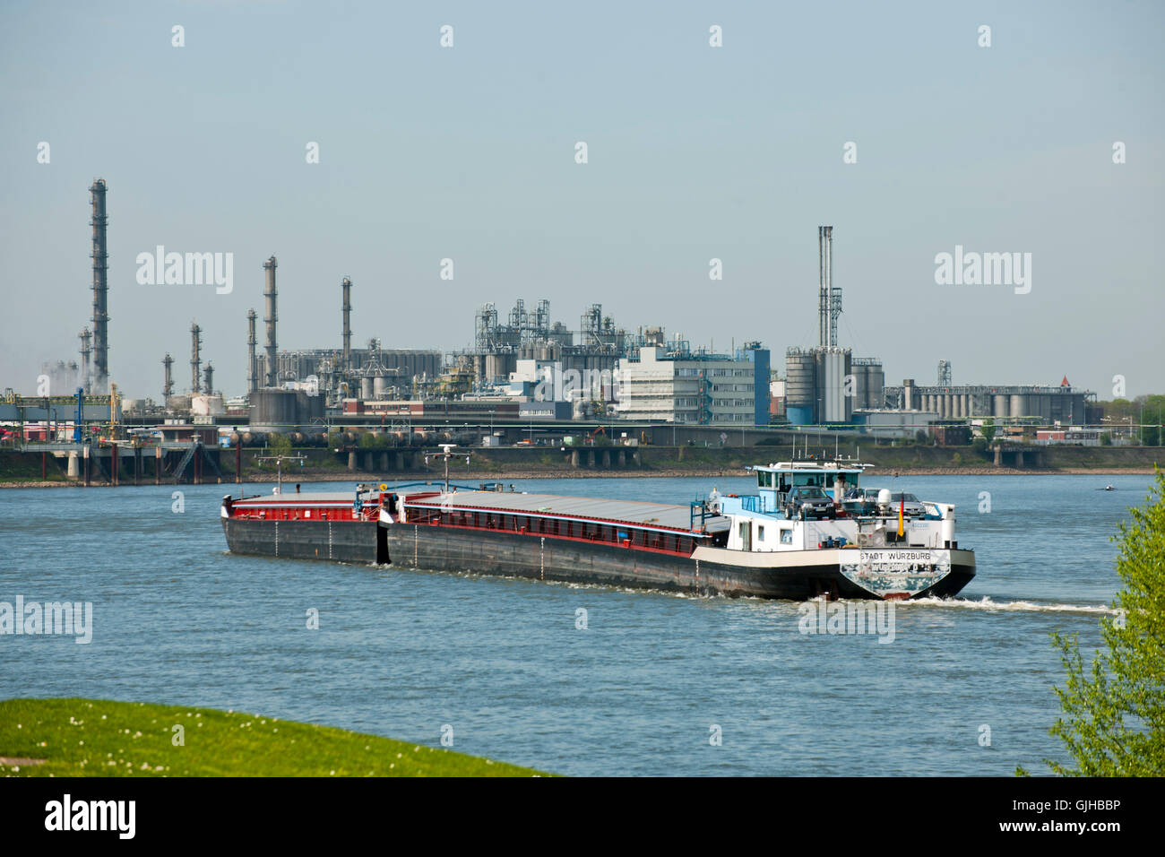 Deutschland, NRW, Wesseling, Blick über den Rhein auf Industrieanlagen Photo Stock