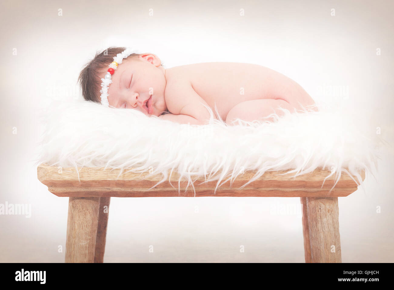 Portrait d'un bébé nouveau-né fille dormir sur un tapis moelleux Banque D'Images