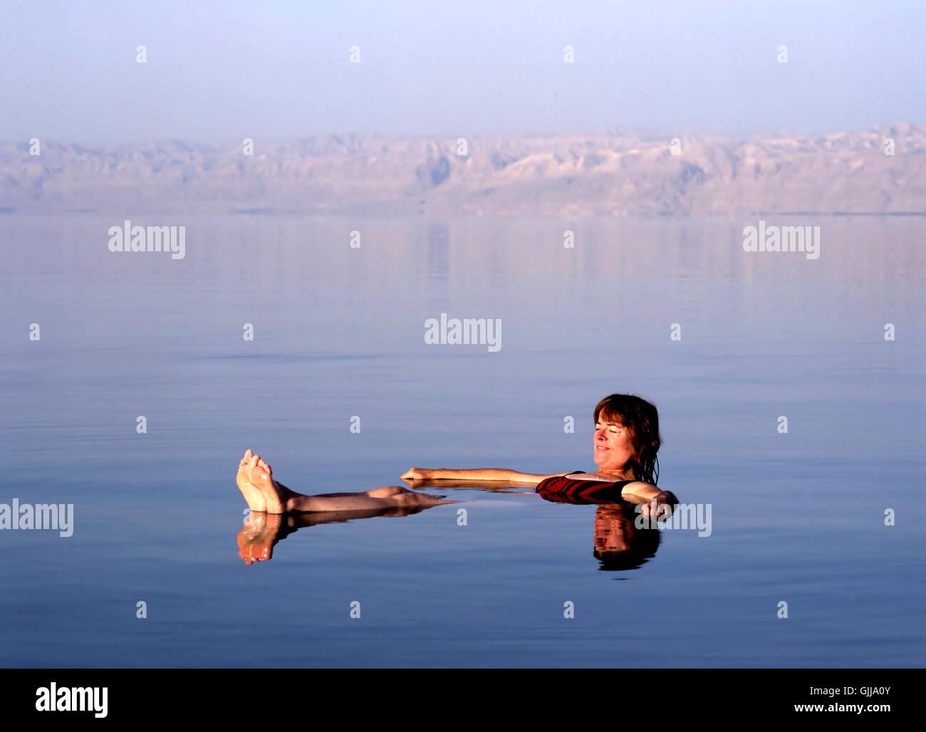 Girl flottant à la mer Morte, Jordanie Photo Stock