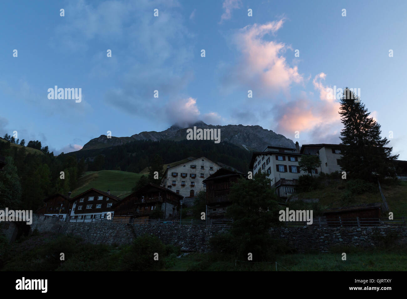 Vue sur plusieurs bâtiments ruraux, à l'aube dans une petite ville de montagne dans l'est de la Suisse Banque D'Images