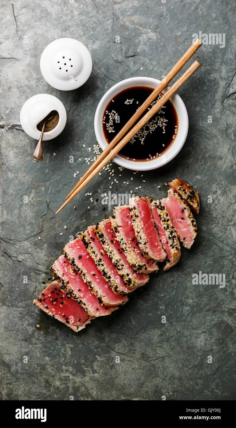 Tranches de steak de thon grillé au sésame et de la sauce soja sur conseil ardoise Photo Stock