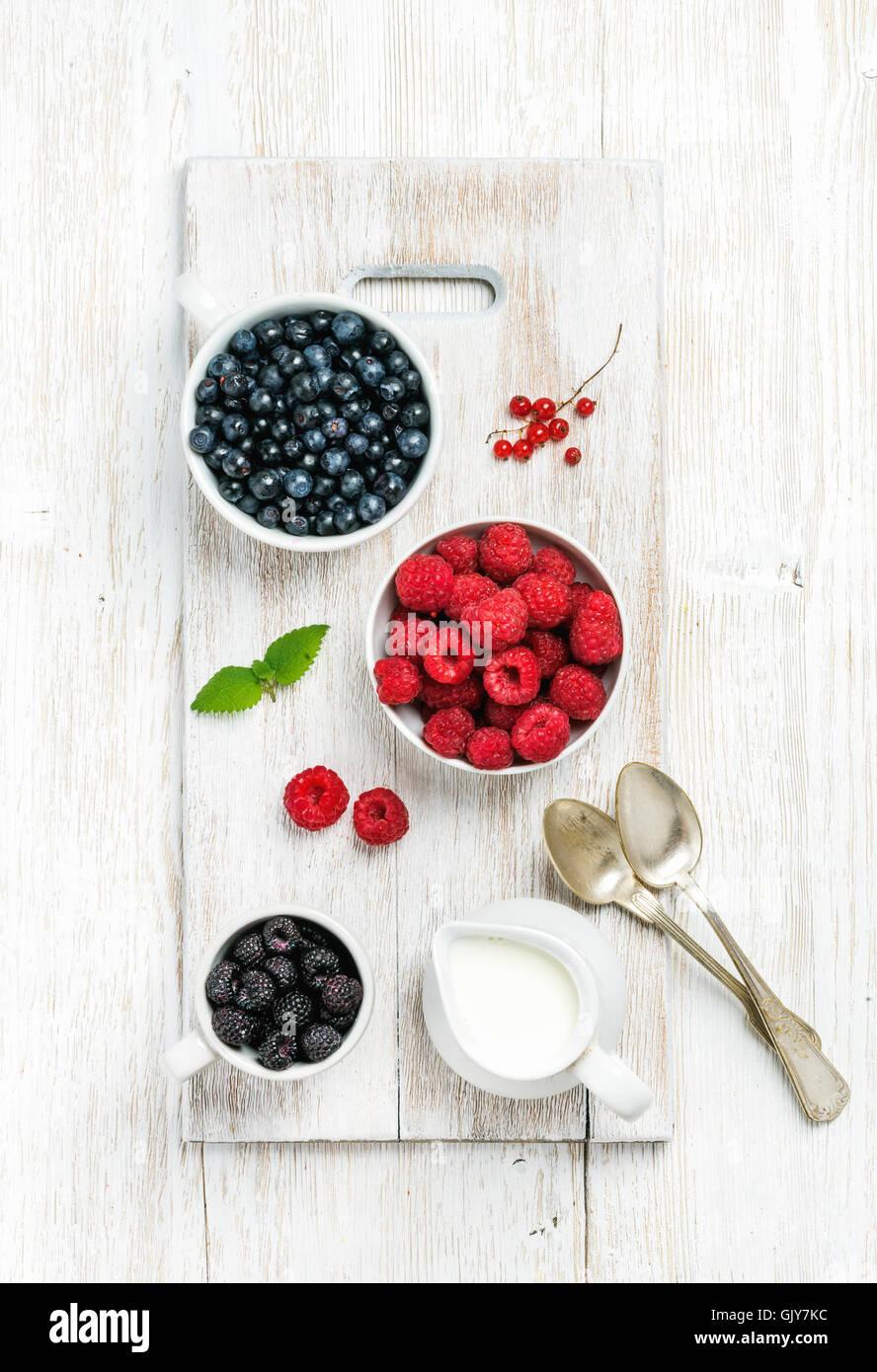 Framboises, mûres et myrtilles dans des bols servi avec de la menthe fraîche, de groseille rouge et de Photo Stock