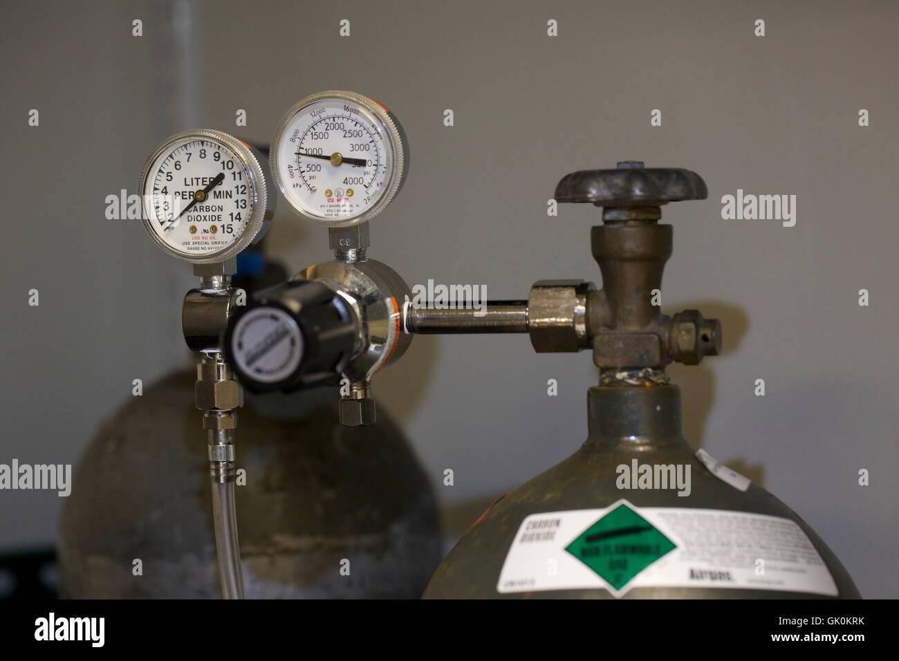 Manomètre et valve sur le dioxyde de carbone du réservoir. Photo Stock