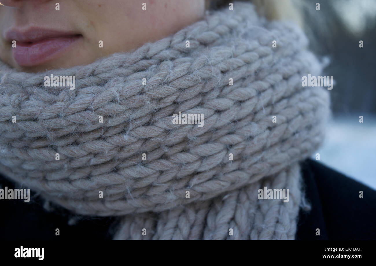 La grippe, woman wearing scarf. L'hiver, le froid, des tricots. Banque D'Images