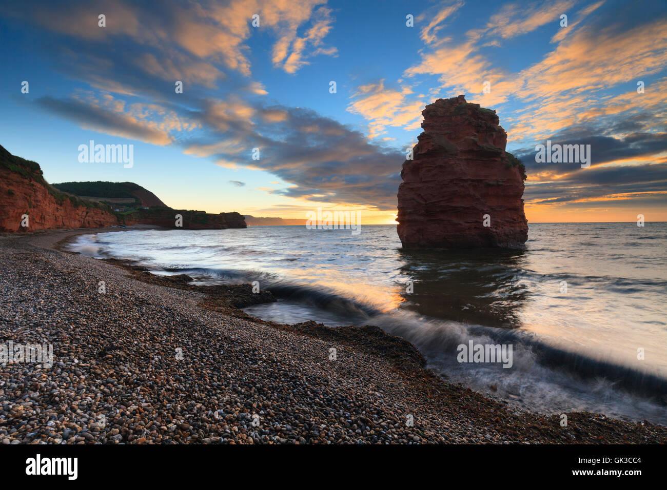 Une mer de grès à pile Ladram Bay, près de Sidmouth dans le sud-est du Devon. Photo Stock