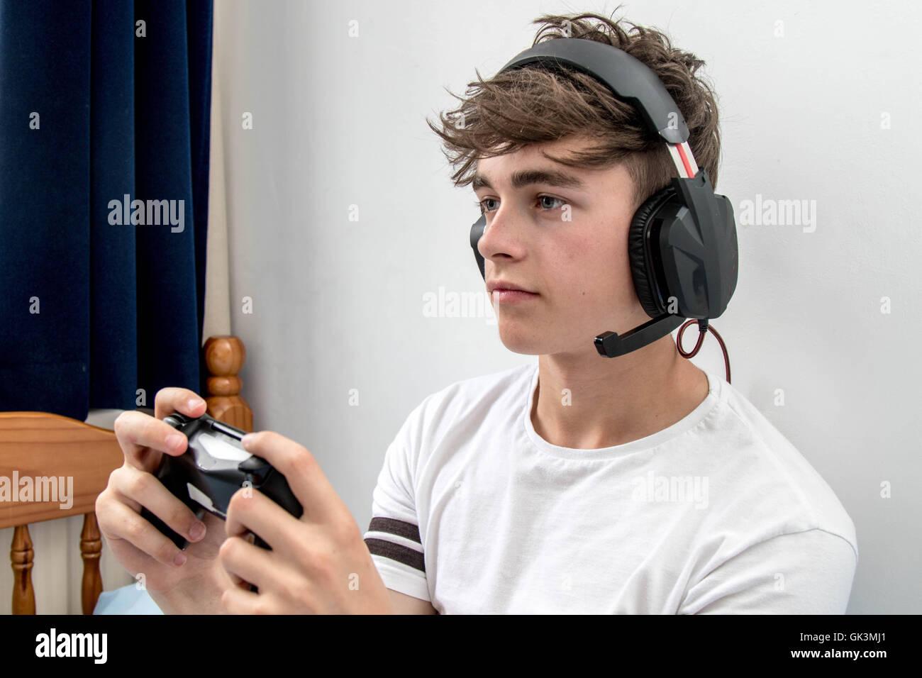 Teenage boy jouant un jeu vidéo Photo Stock