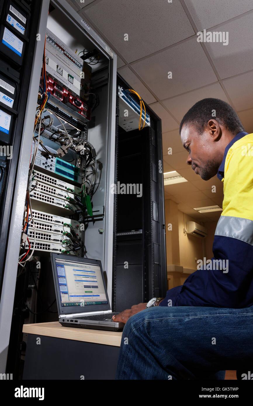 Il centre de données: technicien télécoms national sierra-léonais configuration RADWIN Photo Stock