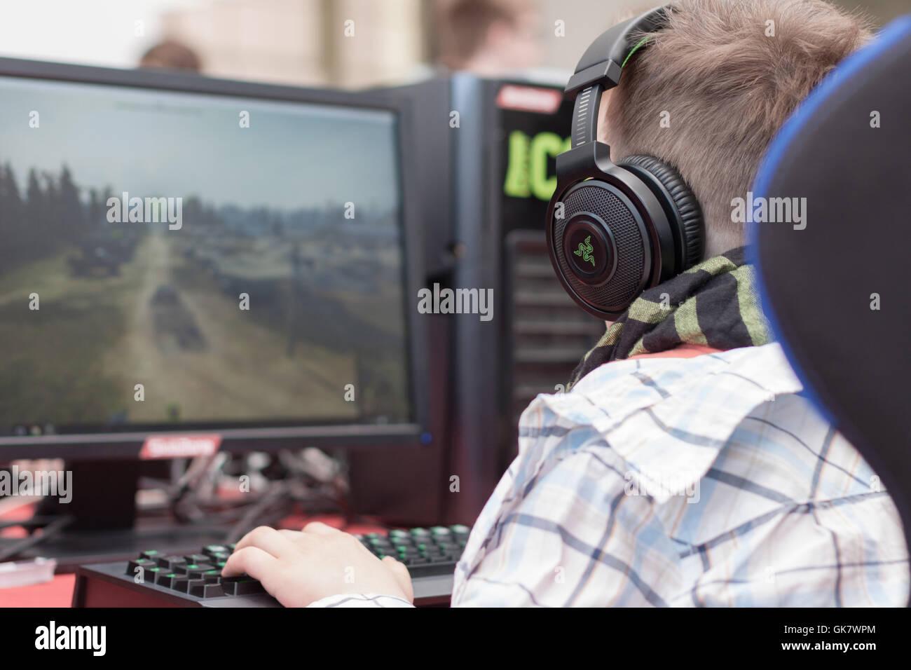 BRNO, République tchèque - 30 avril 2016: Jeune homme siège au président de jeu et joue Photo Stock