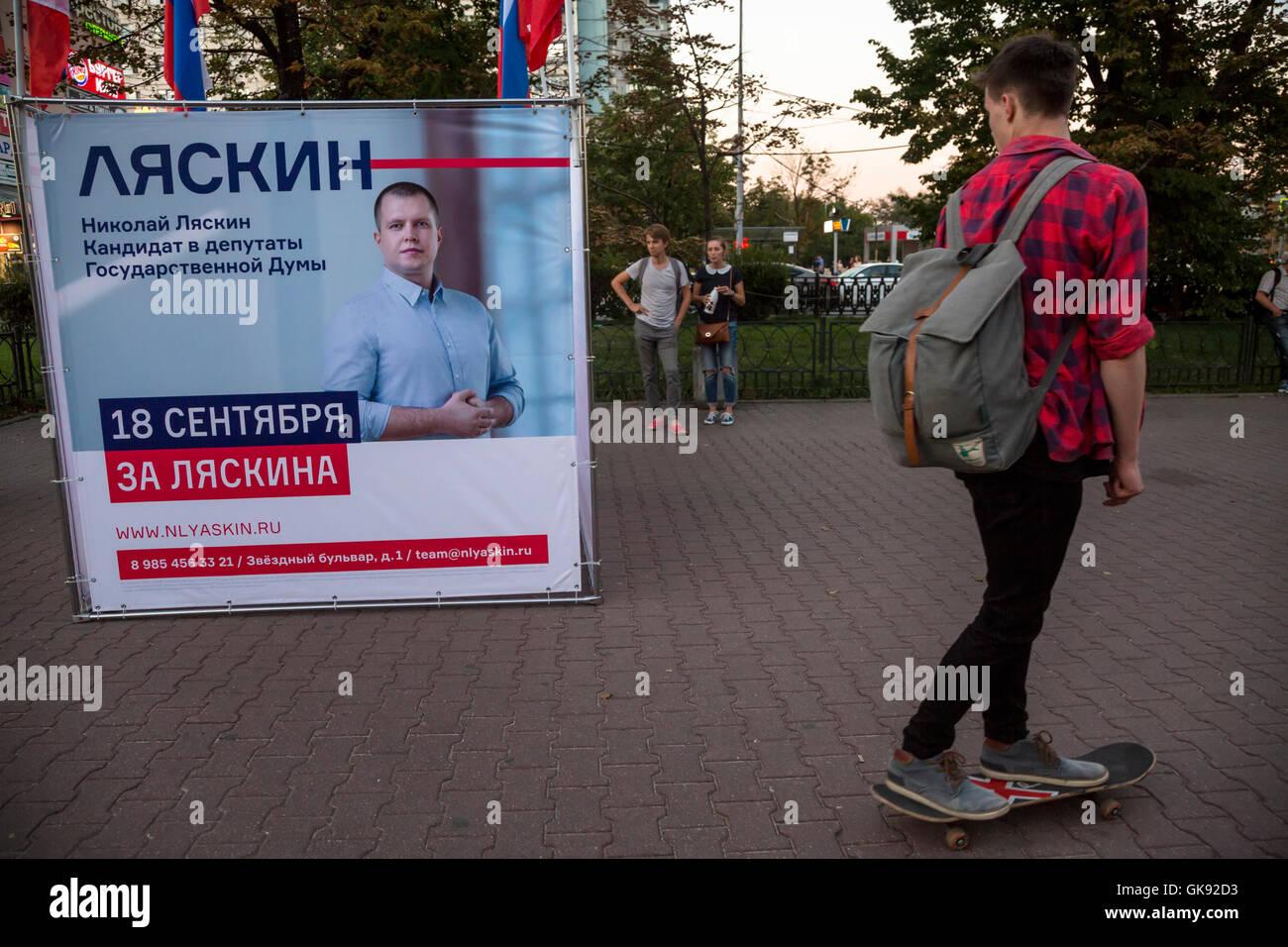 Point d'agitation (Cube) de candidat de l'opposition à la Douma d'Nikolai Lyaskin à proximité Photo Stock