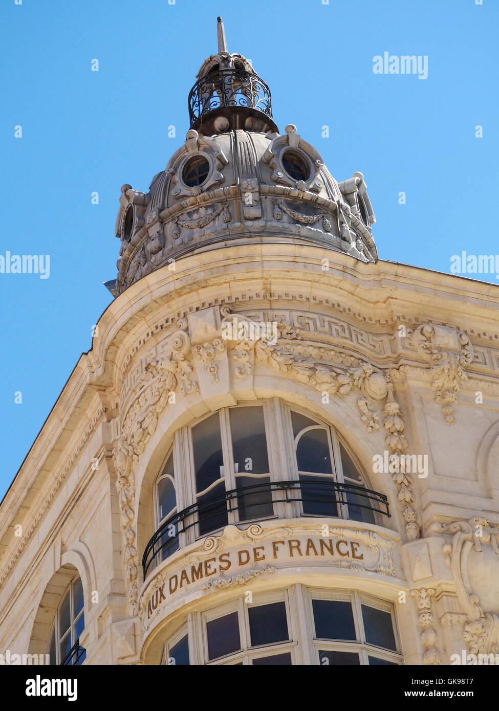 Aux dames de France détail département, Narbonne, Languedoc Roussillon, France. L'entreprise a été Photo Stock