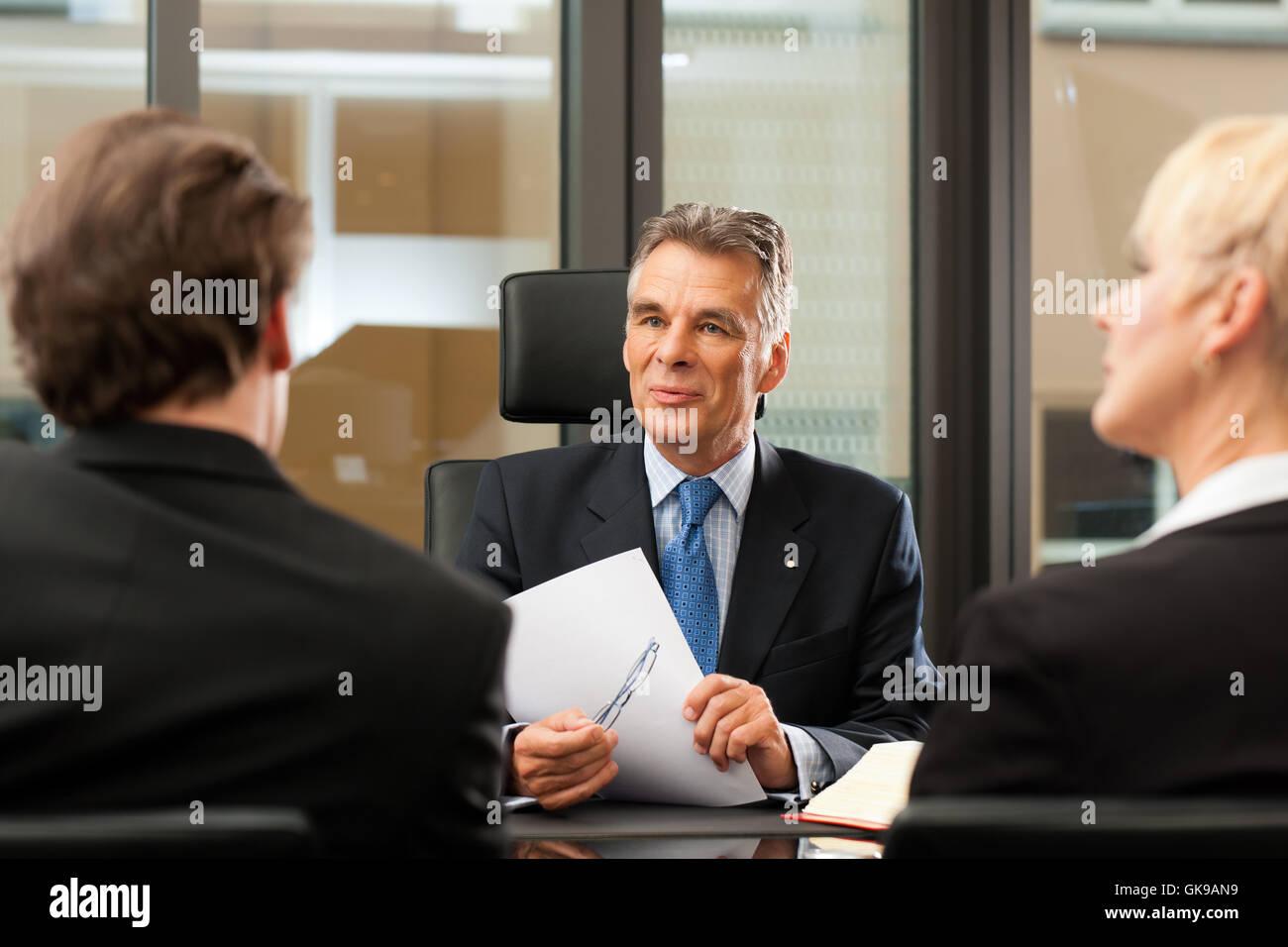 Avocat ou notaire avec les clients dans son bureau Photo Stock