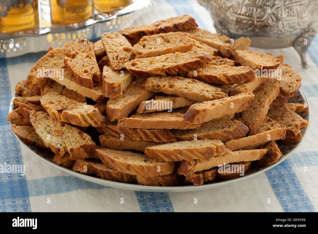 Avec le plat de fête traditionnelle marocaine fekkas des gâteaux et du thé
