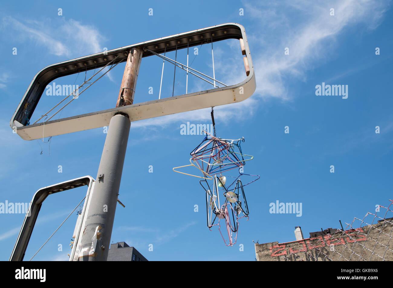Cadre d'affichage vide avec l'art urbain de la pendaison cintres et les CD suspendus à elle Banque D'Images