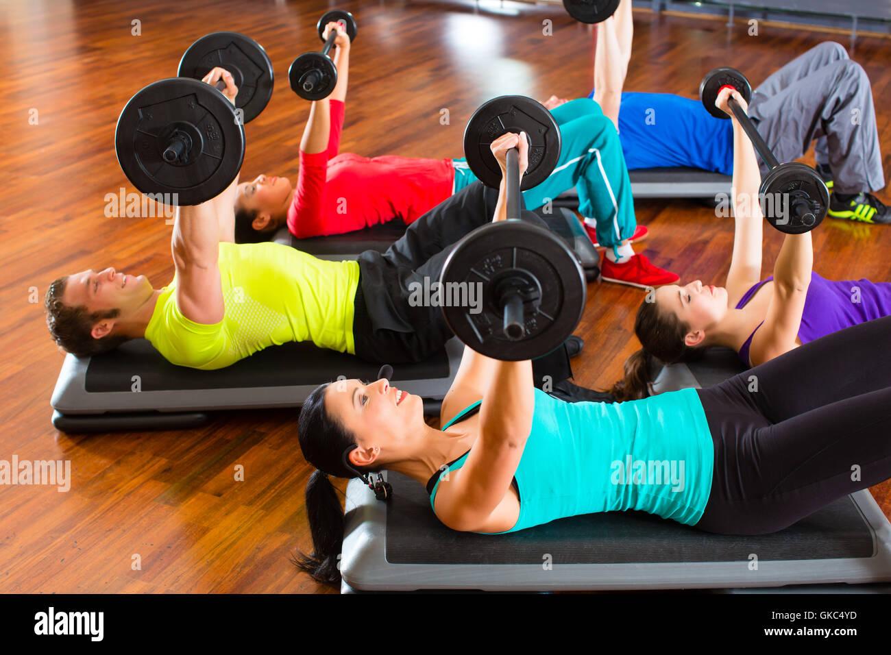 Groupe avec la formation de poids dans la salle de sport Photo Stock