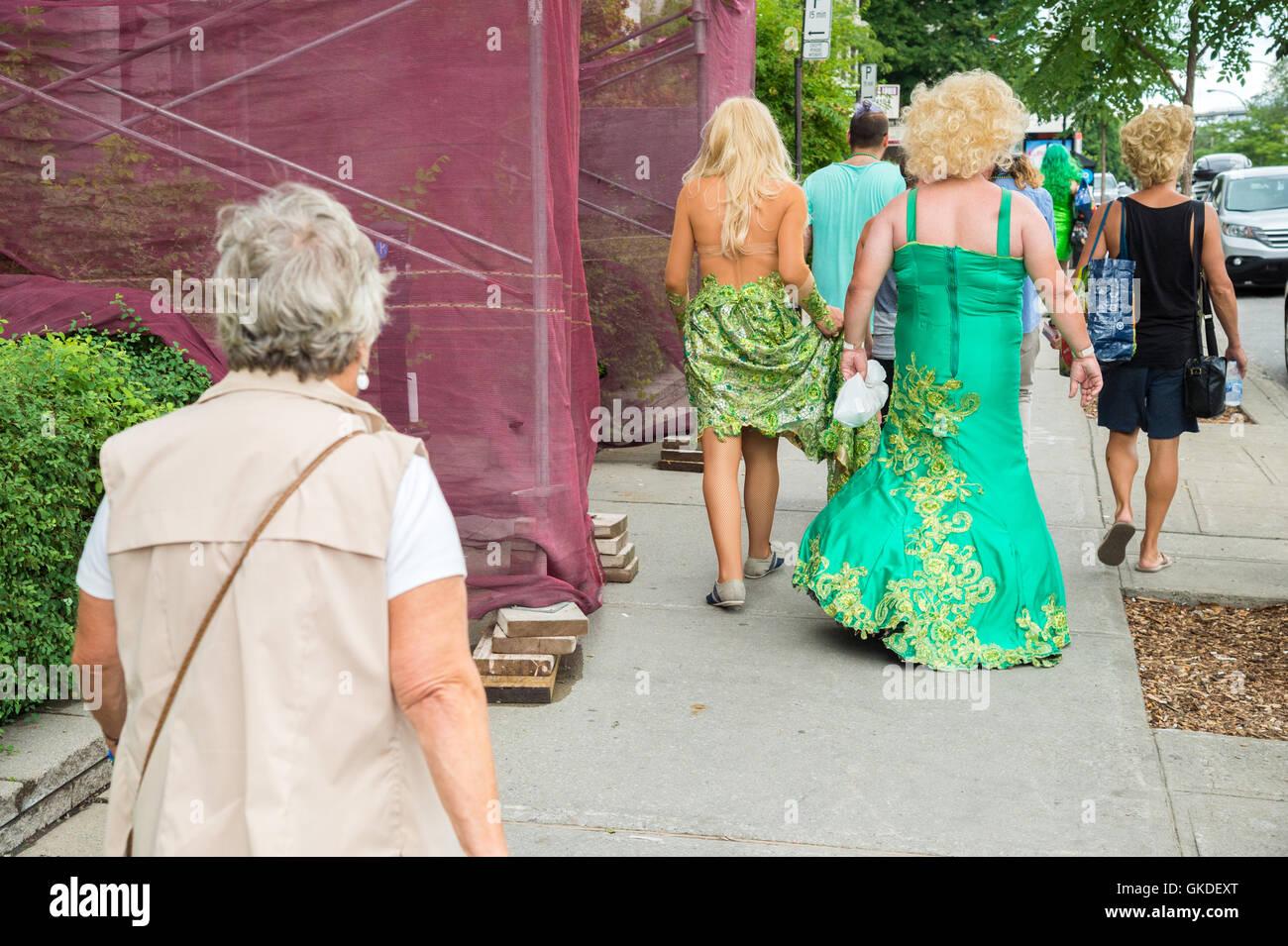 Montréal, CA - 14 août 2016: drag-queens en marchant dans la rue en face d'une vieille dame Photo Stock