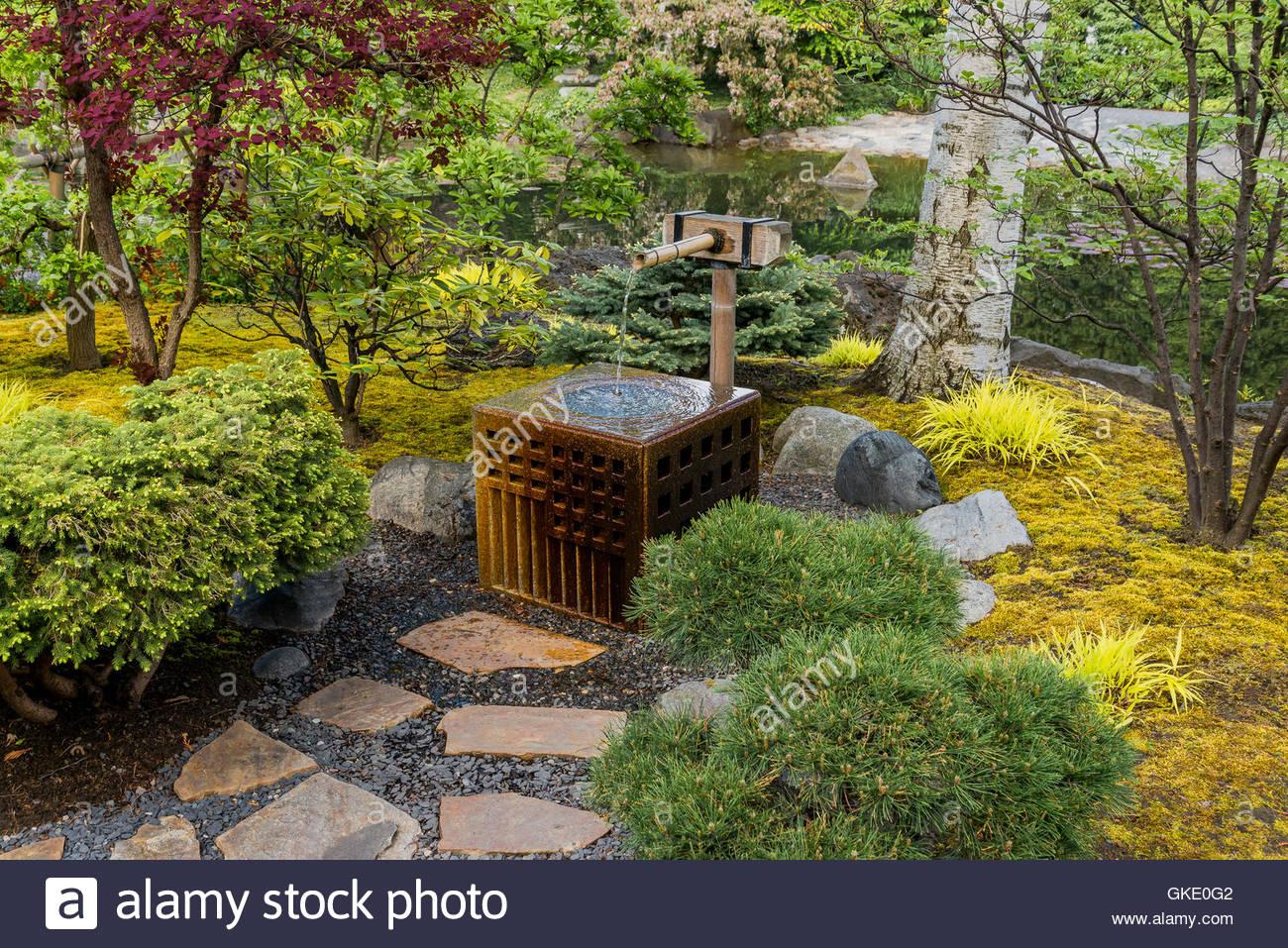 Fontaine d\'eau, jardin japonais de Kasugai, Kelowna, Colombie ...