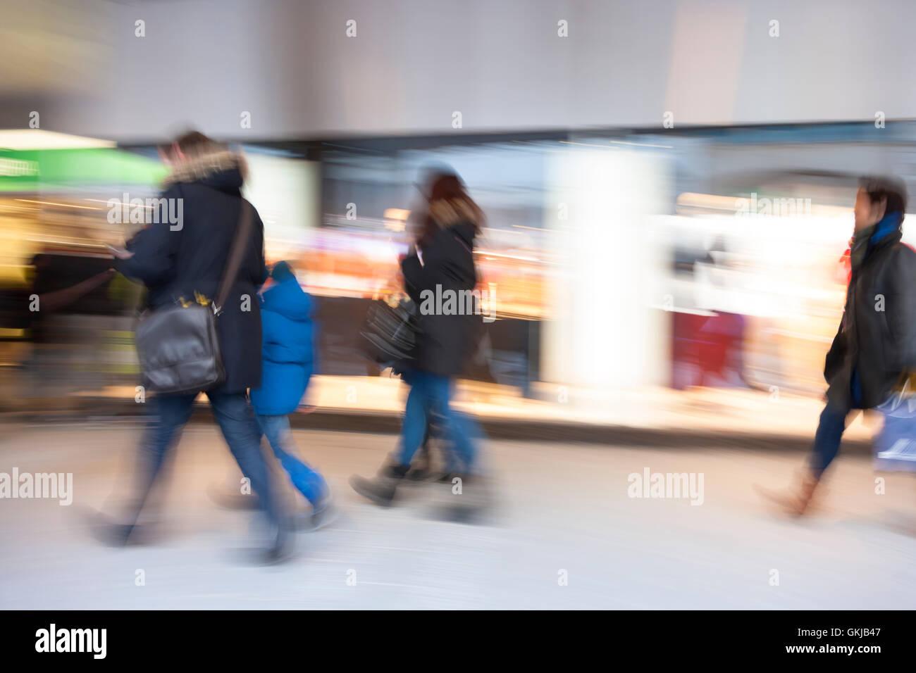 Centre commercial, les gens marcher brouillée, effet de zoom Banque D'Images