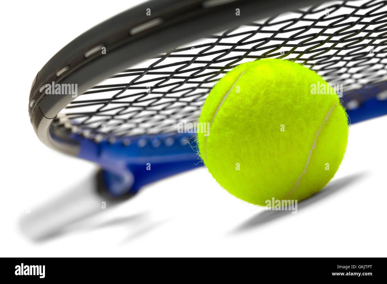 315da3b32183a Raquette de Tennis bleu et noir avec ballon vert isolé sur fond blanc.