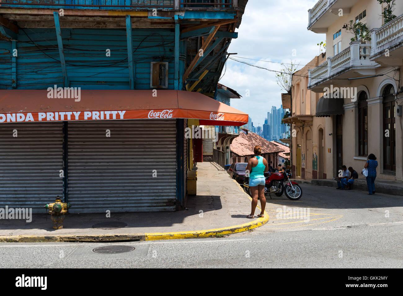 La ville de Panama, Panama - Mars 16, 2014: les gens dans une rue de Casco Viejo, à Panama City, au Panama. Casco Banque D'Images