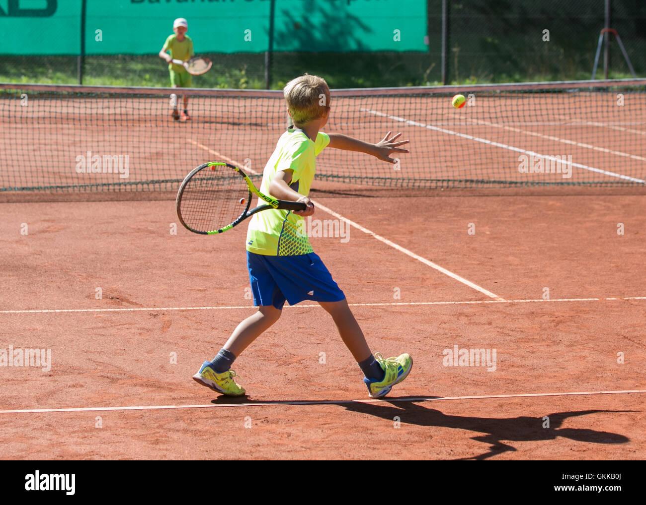Les jeunes garçons à jouer au tennis. Photo Stock
