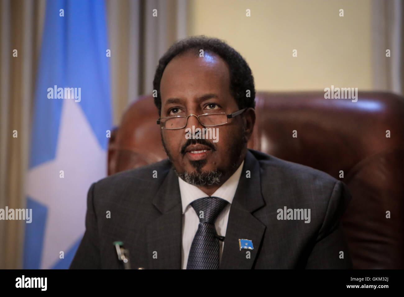 La Somalie, Mogadiscio: en photographie prise et publiée par l'Union africaine et l'équipe de support d'information des Nations Unies 19 avril 2013, le Président somalien Hassan Cheikh Mohamoud est vu dans son bureau à l'intérieur de la Villa Somalia, le complexe qui abrite le gouvernement somalien dans la capitale Mogadiscio. Énumérés dans la liste du Time des 100 personnes les plus influentes, Mohamud est président de la Somalie's premier gouvernement démocratiquement élu après deux décennies de guerre civile et de conflit l'agitation dans la Corne de l'Afrique nation. IST UA-ONU PHOTO / STUART PRICE. Banque D'Images