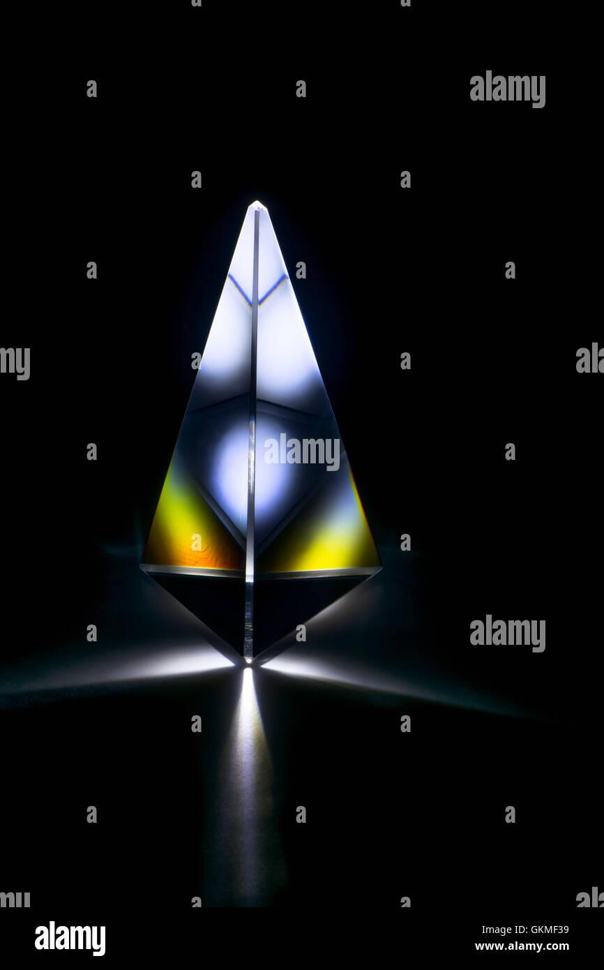 Réfraction de la lumière dans un prisme de verre triangulaire Photo Stock
