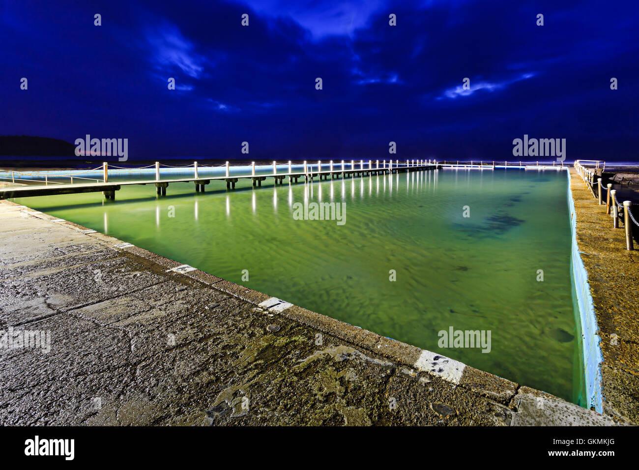 Grande taille olympique 50m piscine dans les rochers à Collaroy beach de Sydney au lever du soleil avec pas Photo Stock