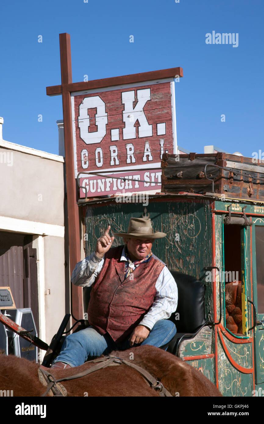 Un stage coach points conducteur au cours d'une conversation avec les touristes à tombstone, en Arizona. Banque D'Images
