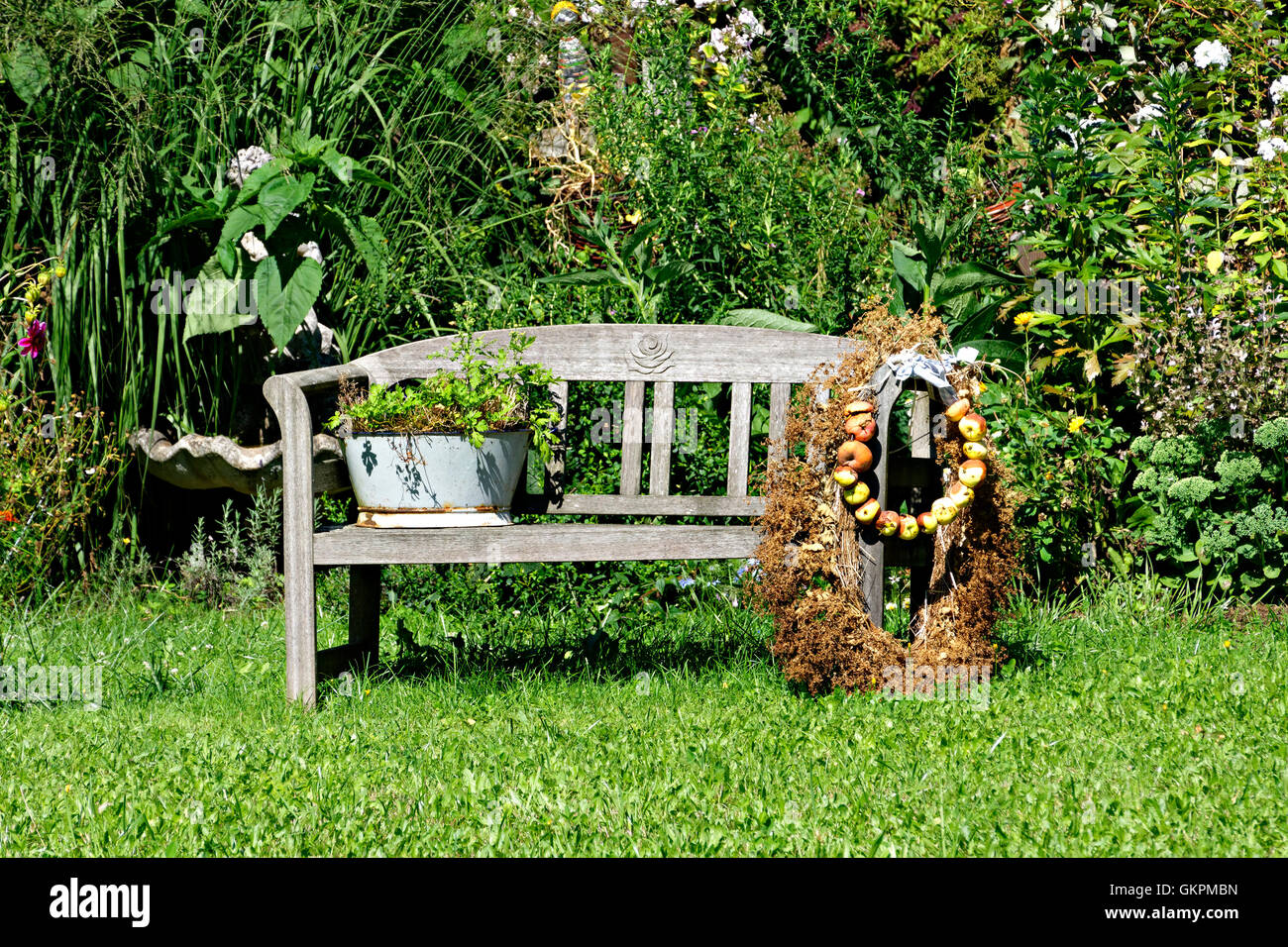 Banc de jardin en bois ancien siège avec les pommes et la décoration ...