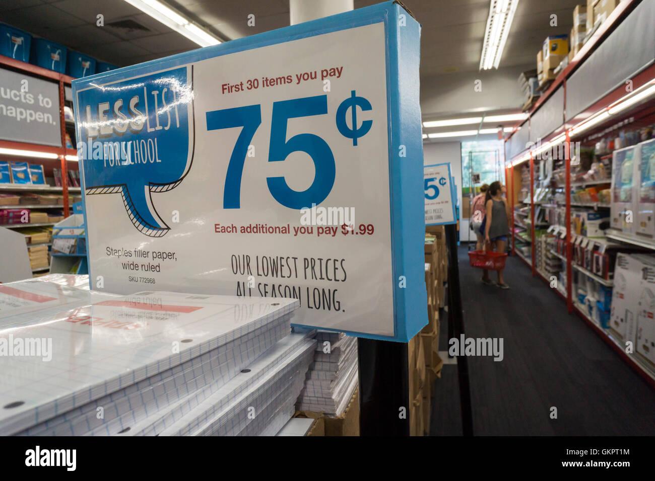 60bcf75827 Retour à l'école Le shopping est vu dans un magasin Staples dimanche à New
