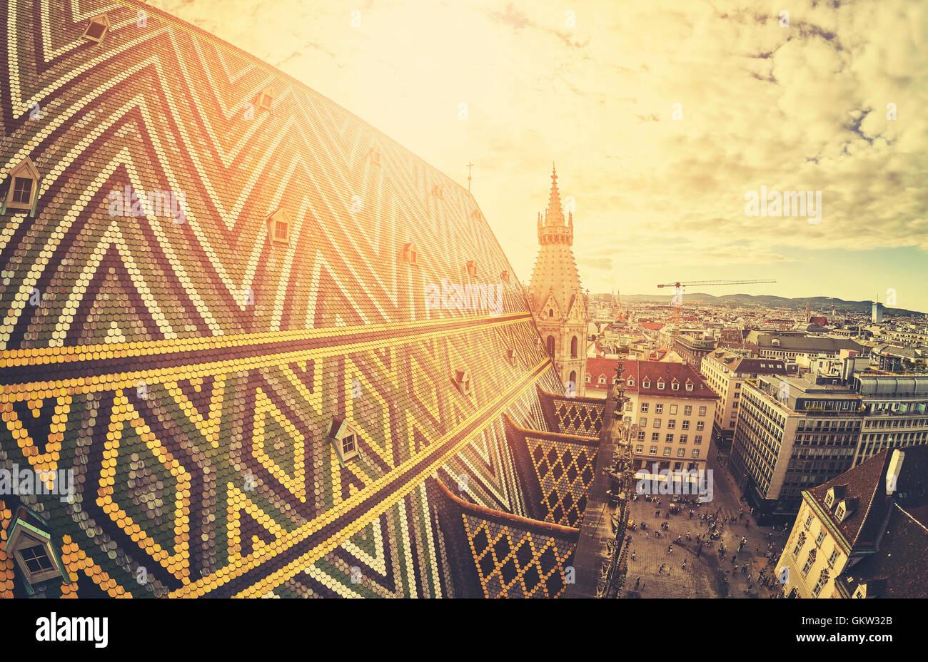 Objectif fisheye stylisé rétro photo de Vienne au coucher du soleil, vue depuis la tour nord de la cathédrale Photo Stock