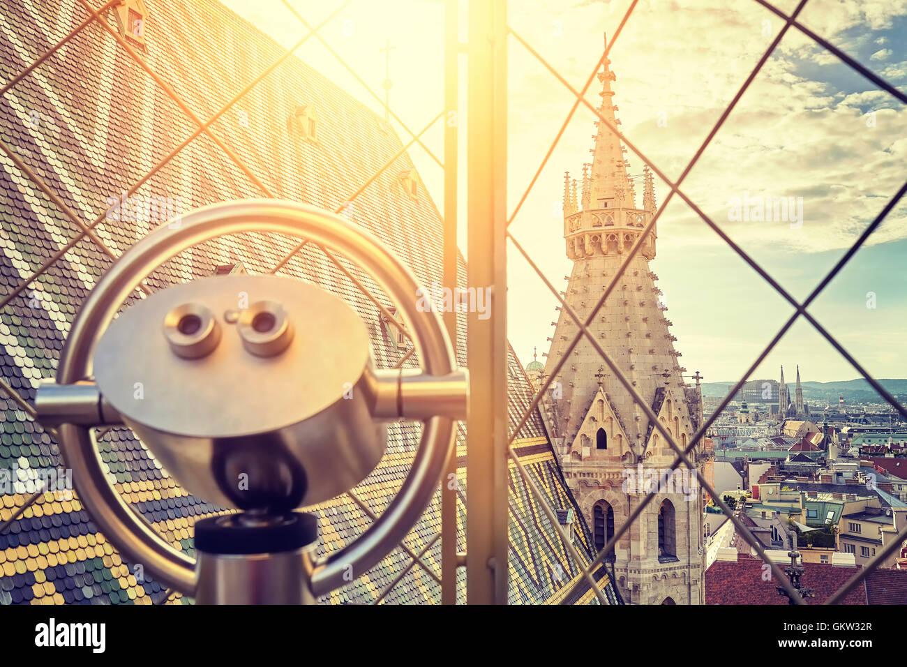 Tons Vintage jumelles touristiques sur Vienne au coucher du soleil, vue depuis la tour nord de la cathédrale Photo Stock