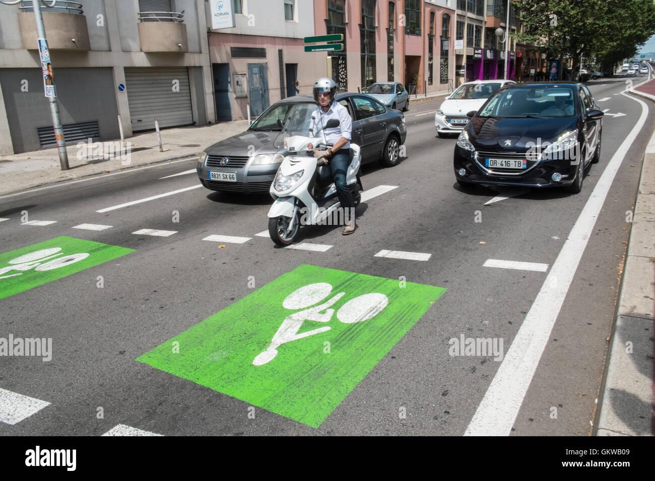 Priorité,espace,région de la boîte avant de trafic pour des vélos à passage piéton Photo Stock