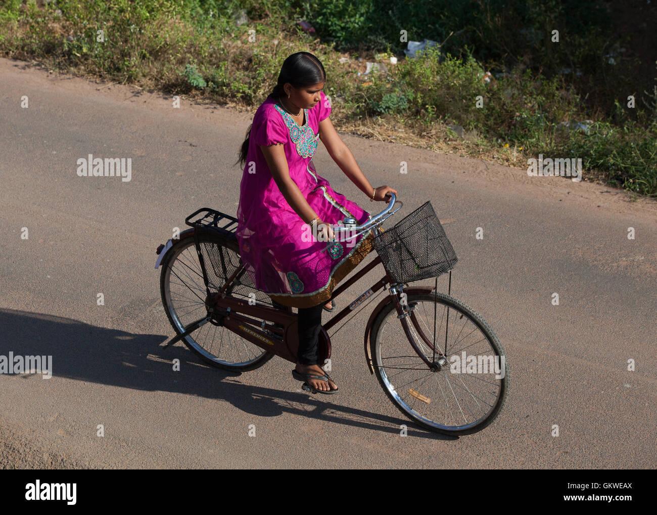 Lycéenne sur un vélo en Inde Photo Stock