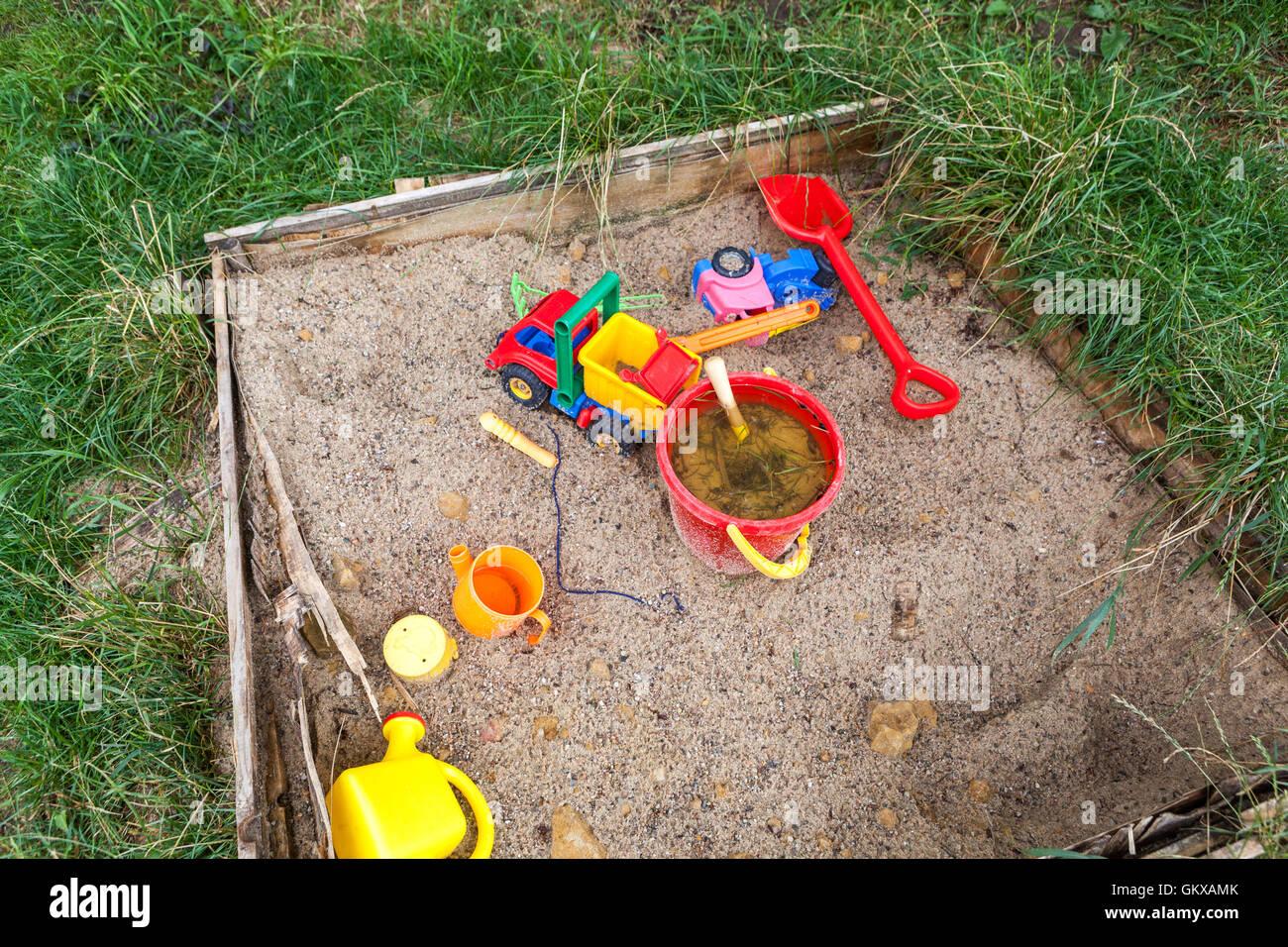 jeux pour enfants jouets dans un bac sable banque d. Black Bedroom Furniture Sets. Home Design Ideas