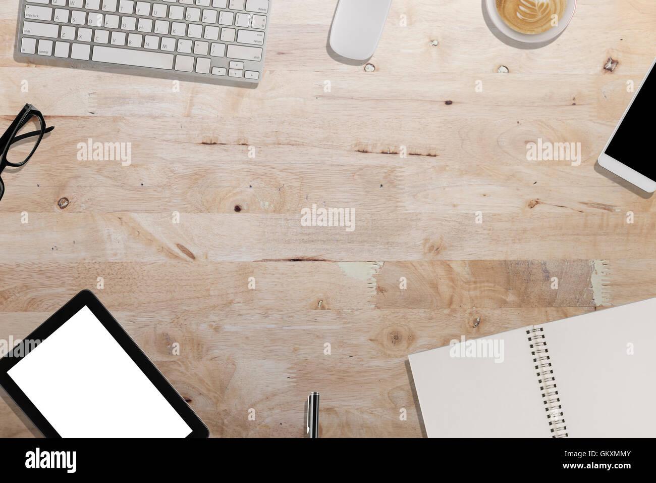 Clavier smartphone tablette ordinateur portable sur un bureau