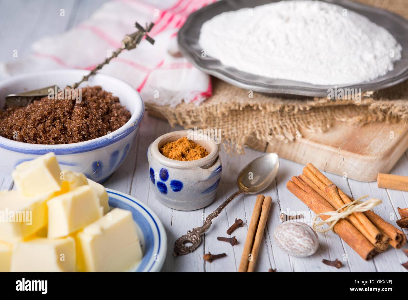 """Tous les ingrédients pour """"pepernoten"""" ou """"kruidnoten"""", une friandise pour Néerlandais Photo Stock"""
