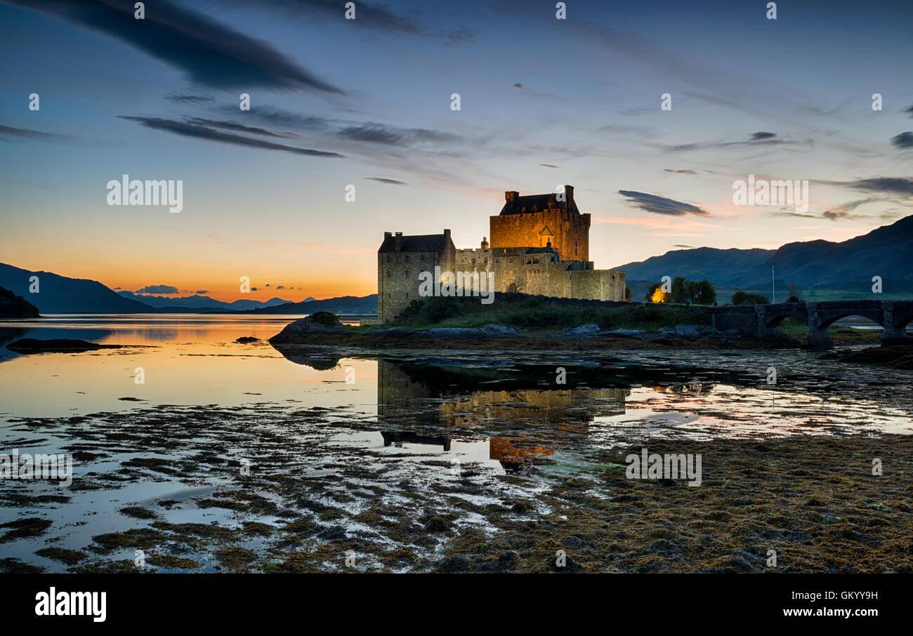 Coucher du soleil au château Eilean Donan sur la côte ouest des Highlands écossais Photo Stock