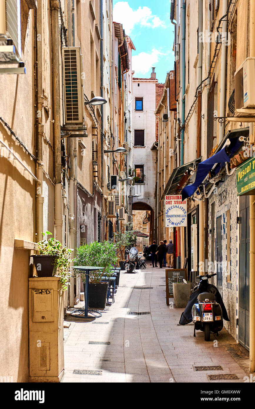 Charmante ruelle dans la vieille ville de Perpignan au printemps Photo Stock