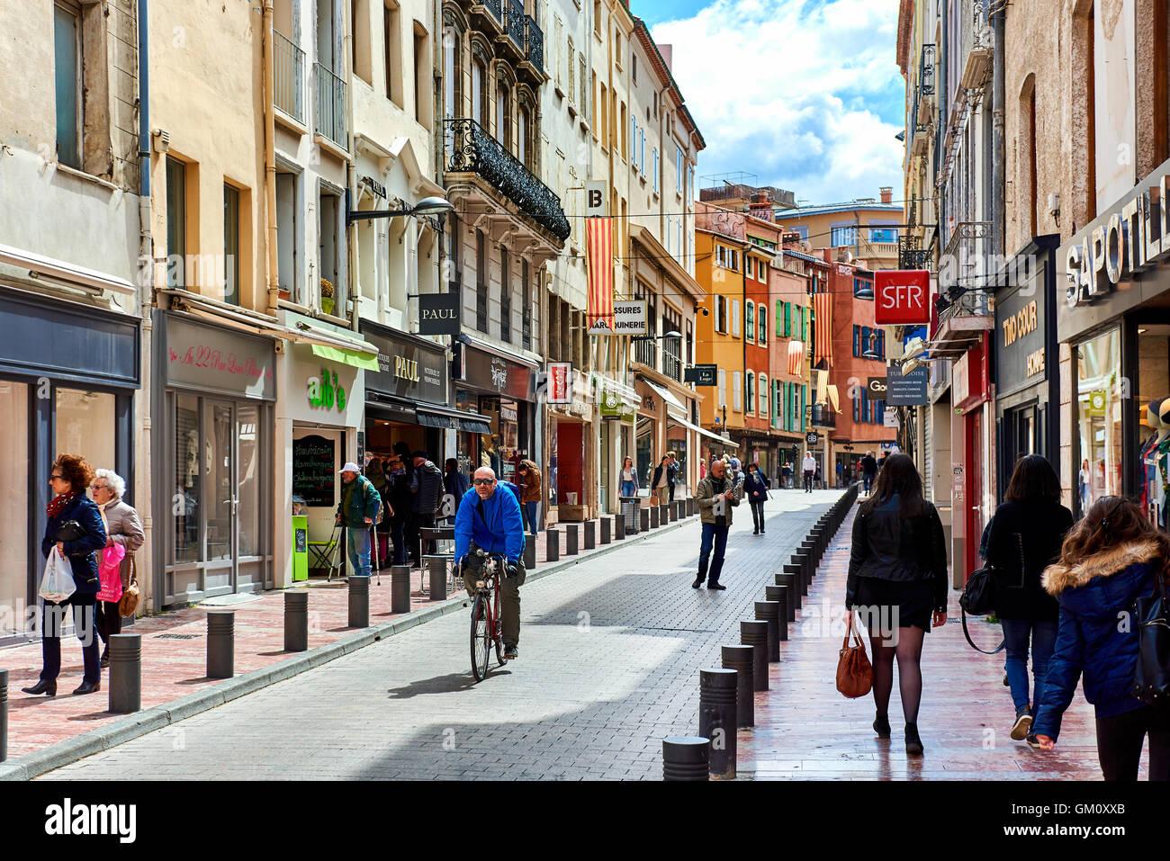 Les gens qui marchent dans la rue commerciale principale de Perpignan Photo Stock