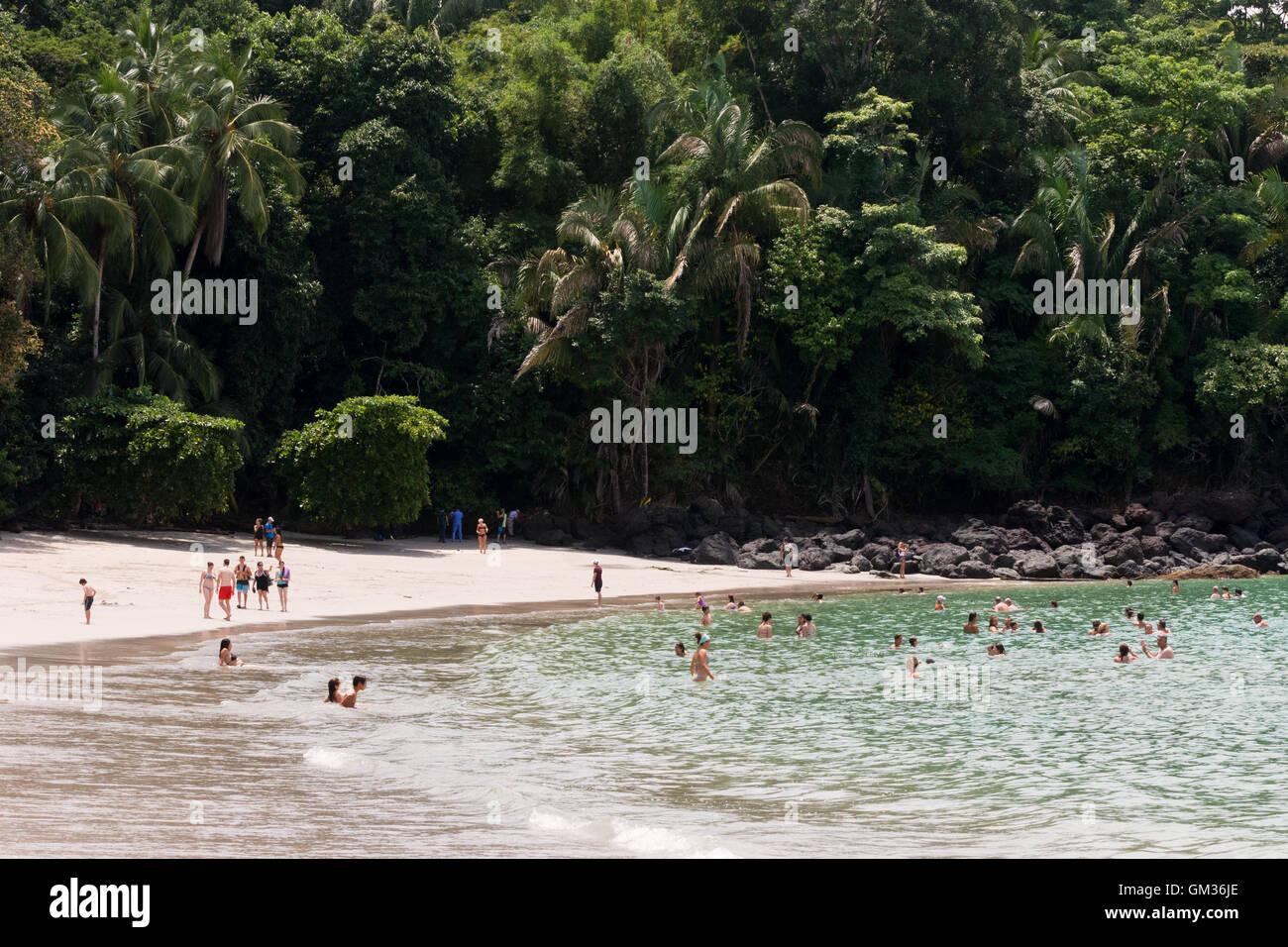 Les personnes bénéficiant de la plage, parc national Manuel Antonio, la côte du Pacifique, le Costa Photo Stock