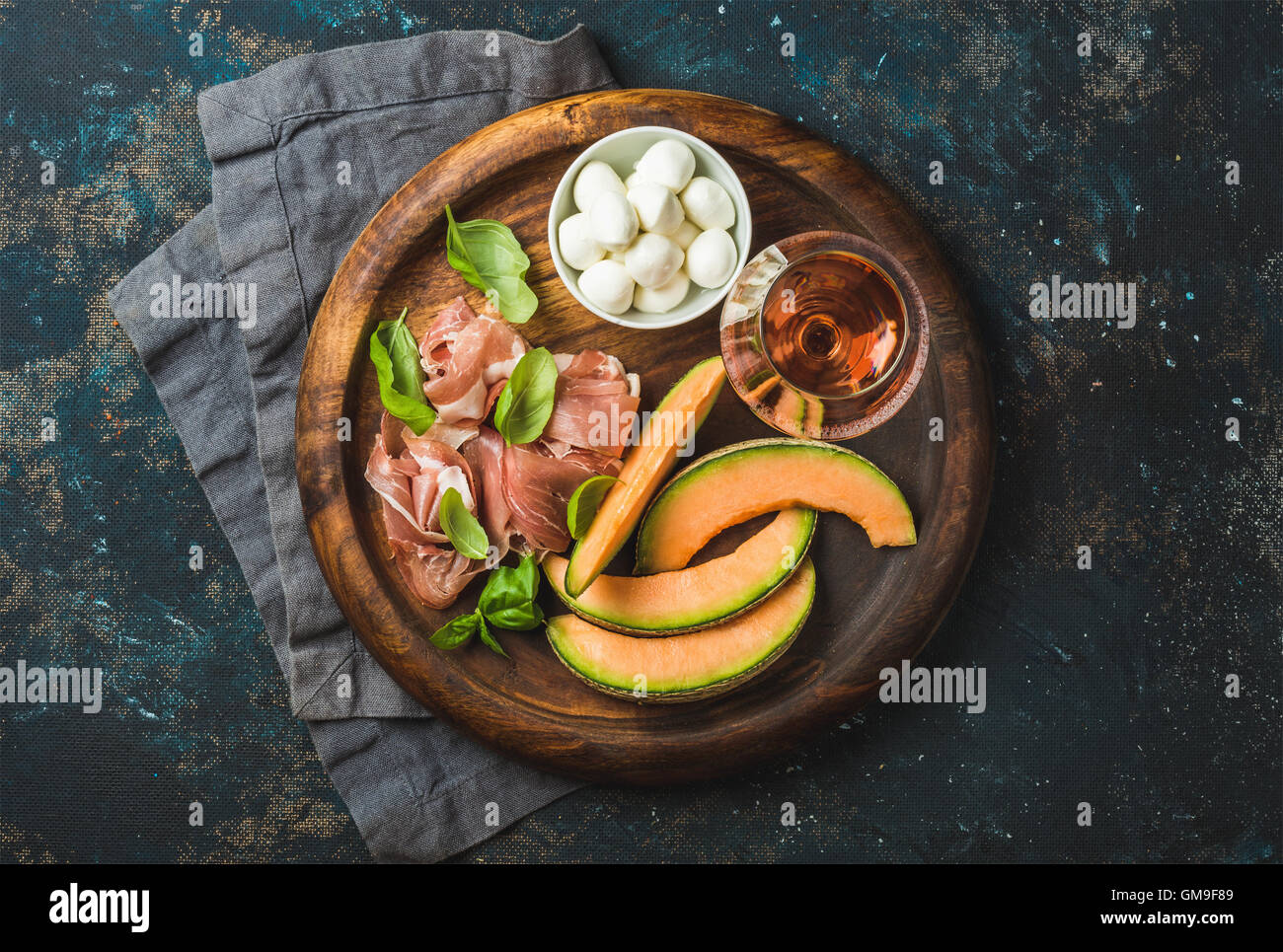 Melon cantaloup, prosciutto, fromage mozzarella et verre de rose Photo Stock