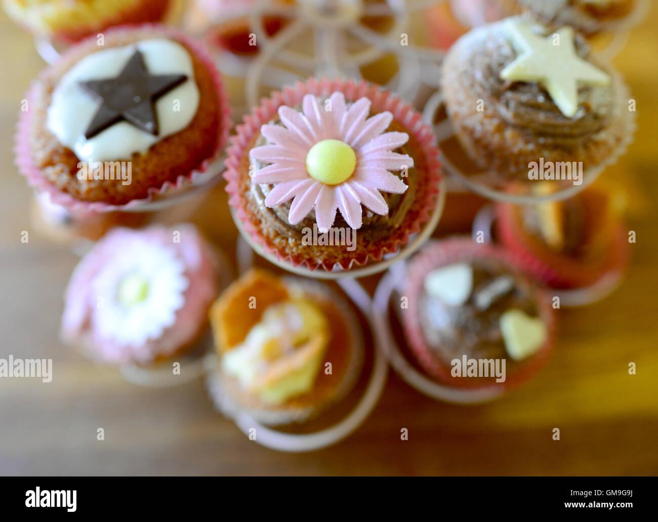Cupcakes décorés sur un support d'affichage. Photo Stock