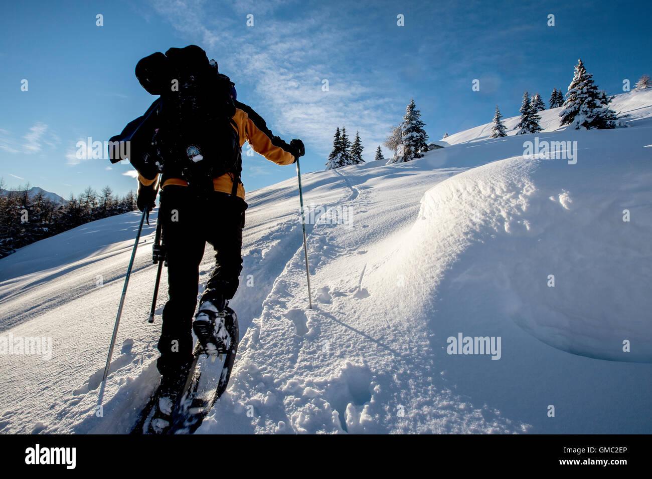 Randonneur en raquettes marche dans les paysages enneigés de la vallée de la Valtellina Gerola Alpes Orobie Photo Stock