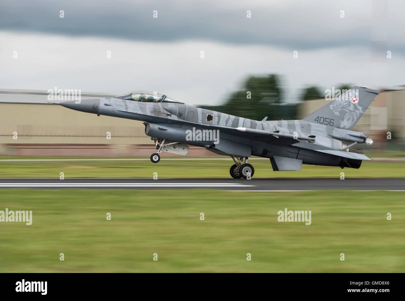Dynamique générale Lockheed Martin F-16C Fighting Falcon Jet Fighter 4056 militaires de l'Armée de l'Air polonaise atterrit à l'RIAT Banque D'Images