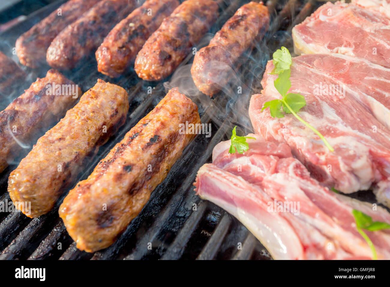 De délicieux petits pains à saucisse australienne fait chevapchichi et enjeux cuits sur un barbecue Photo Stock