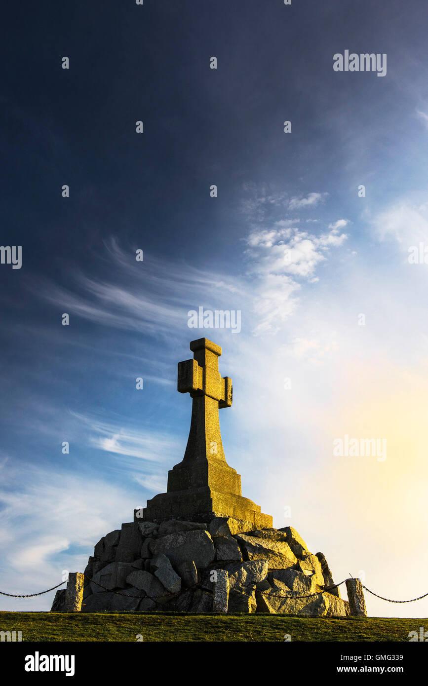 Un spectaculaire coucher du soleil illumine le Monument commémoratif de guerre à Newquay Cornwall. Photo Stock