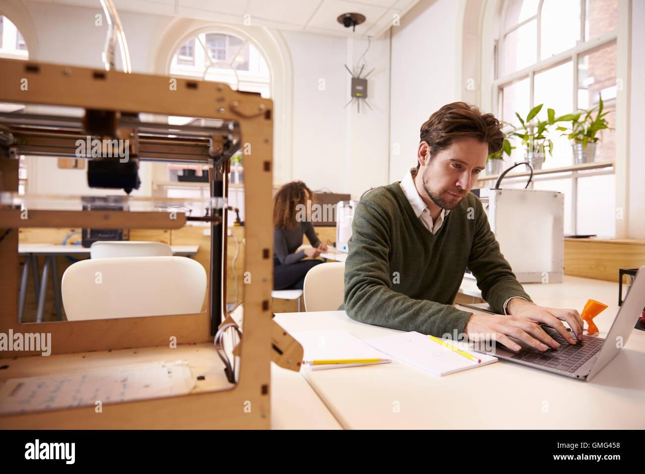 Designer, avec 3D et logiciels de CAO en Studio Photo Stock