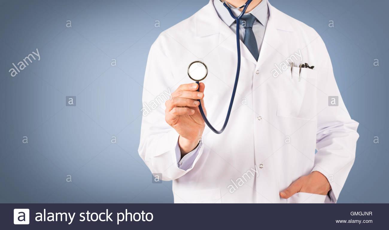 Médecin Écran tactile avec stéthoscope sur fond bleu médecin, soins de santé, la médecine, Photo Stock